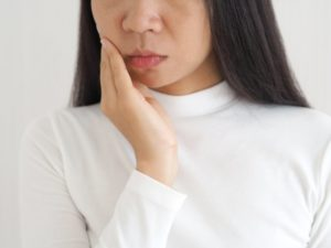 woman experiencing pain in her jaw